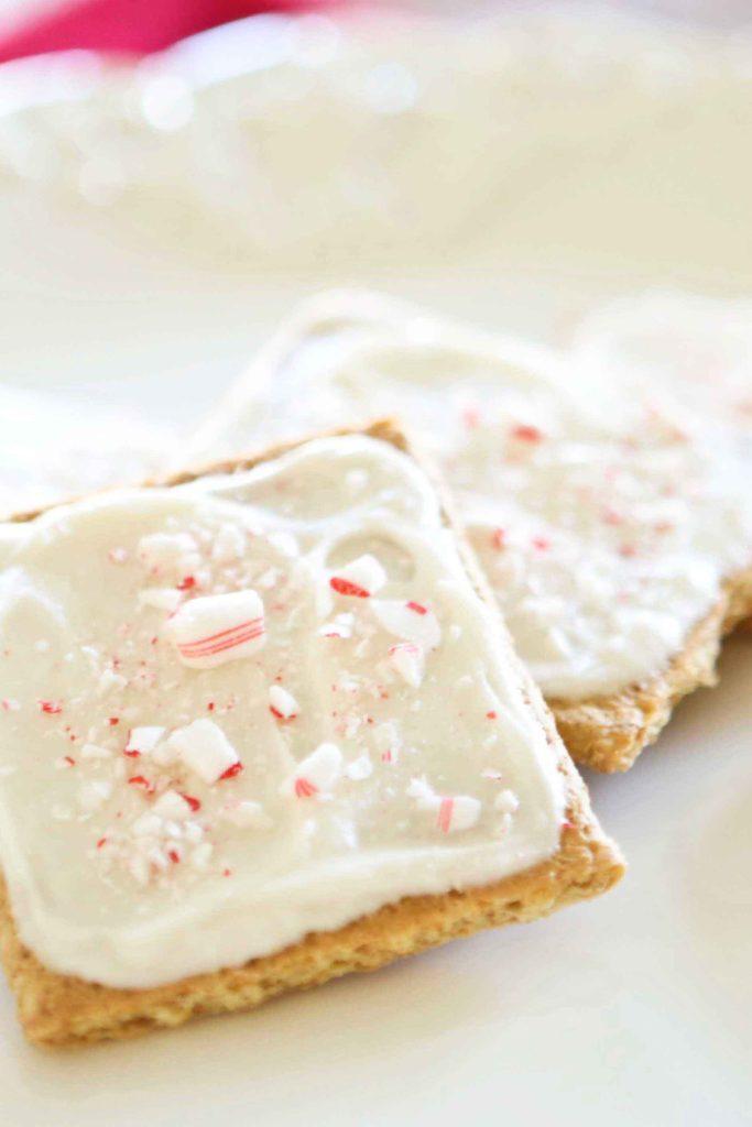 Peppermint Buttercream Frosting on graham crackers